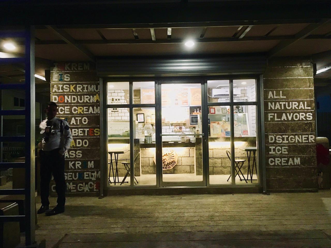 Aysken D' Hanの店外