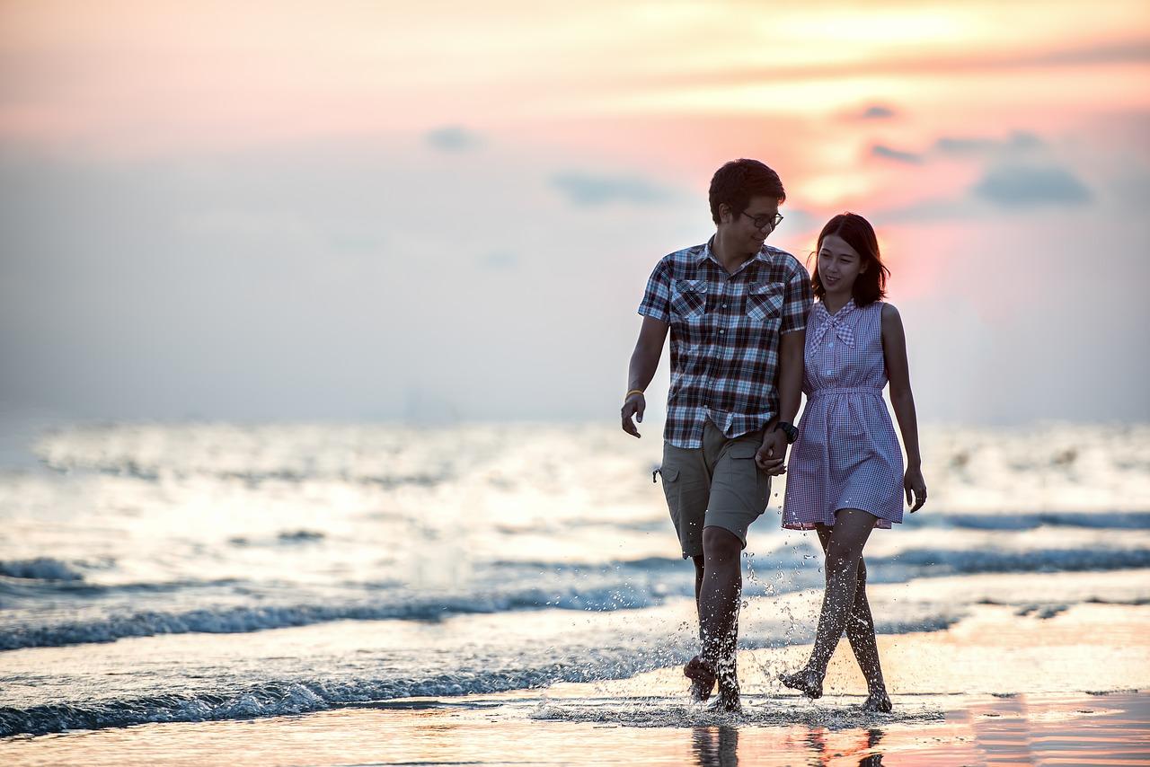 海岸のフィリピン人カップル