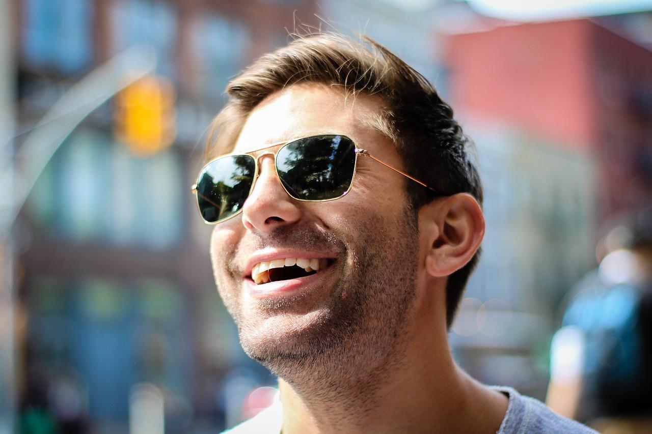 笑うフィリピン人男性
